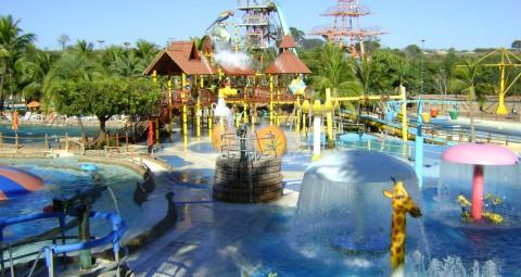 parque infantil com muitos brinquedos para crianças, água