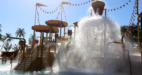 Piscinas ao ar livre com cachoeiras artificiais ao alto