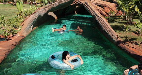 Água cristalina, boias e túnel artificial no Hot Beach