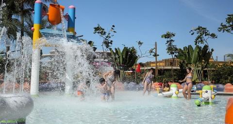 grande cachoeira de água (baldão) com crianças em baixo