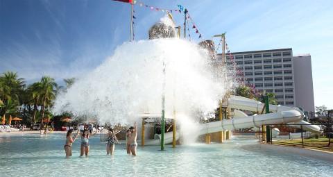 grande cachoeira de água com crianças e homem em baixo