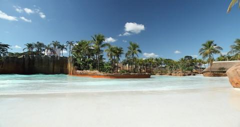 amplo espaço com água cristalina Hot Beach, parecendo ilha