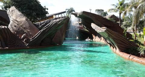 Água cristalina, cachoeira e túnel artificial no Hot Beach