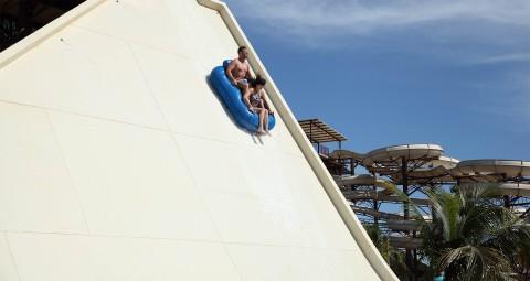 toboágua com casal sobre a boia, Poty Pipe Hot Beach